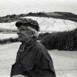 Alberto Burri di fronte al Cretto di Gibellina, 1987 (Foto Vittorugo Contino)