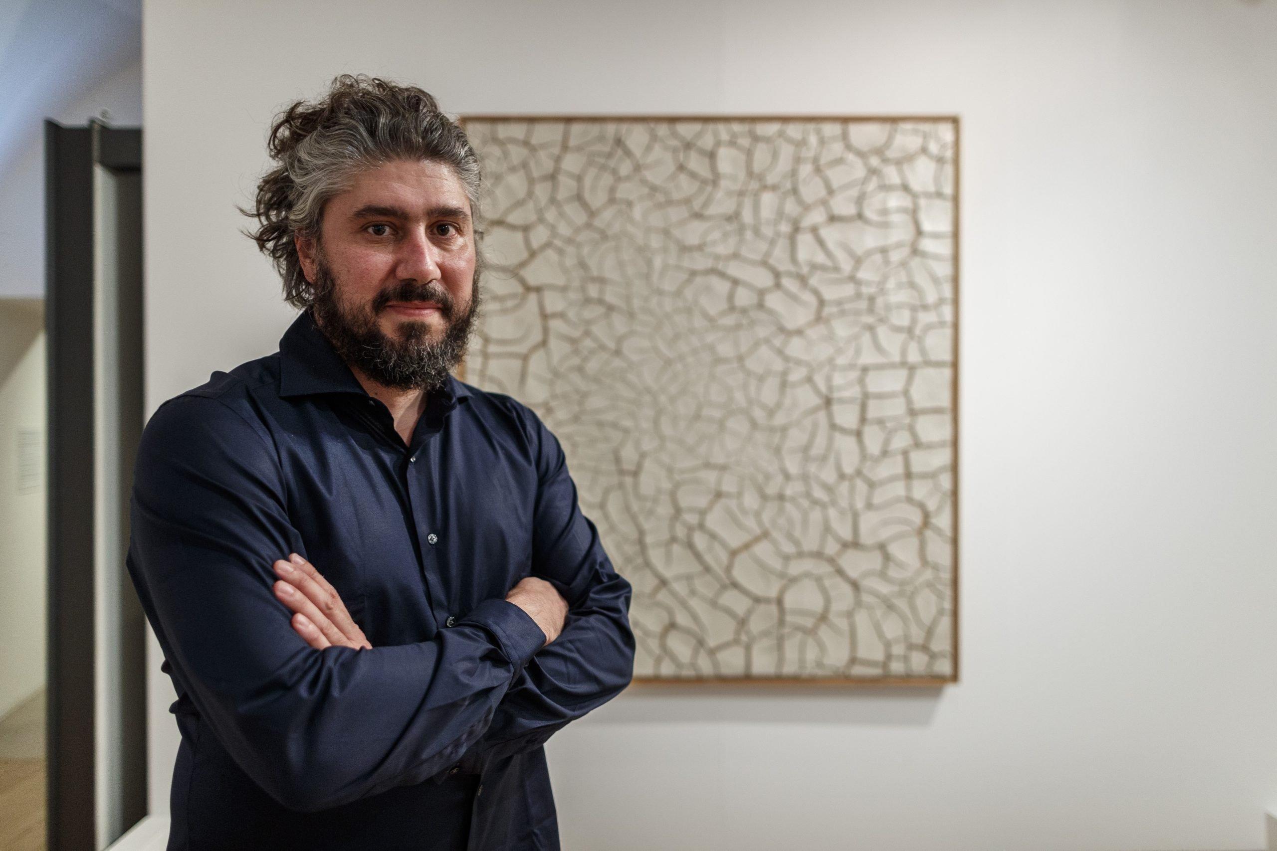 Alessandro Sarteanesi. Sullo sfondo: Alberto Burri, Cretto G2