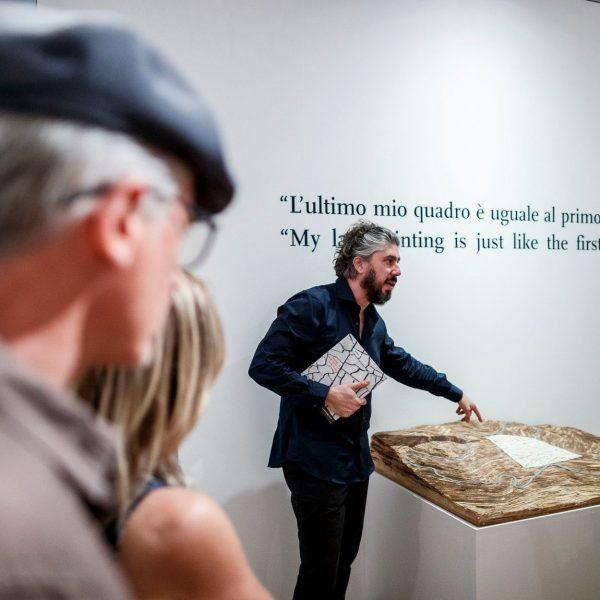 Alessandro Serteanesi davanti al plastico del Grande Cretto di Burri