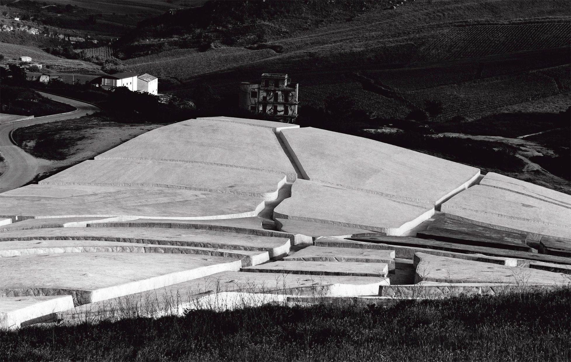 Alberto Burri. Il Grande Cretto di Gibellina. (foto di Aurelio Amendola, ©Magonza ed.)